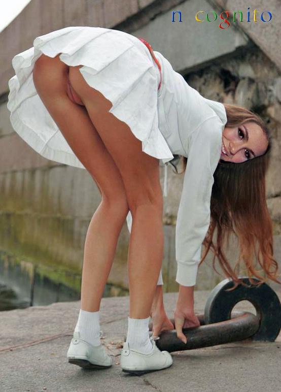 Порно фото лапает красоток в коротких юбочках