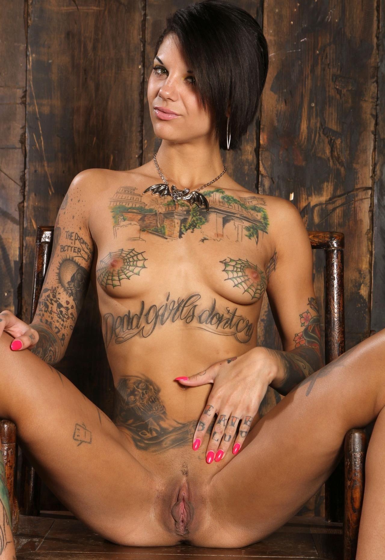 porno-bryunetki-s-tatuirovkami